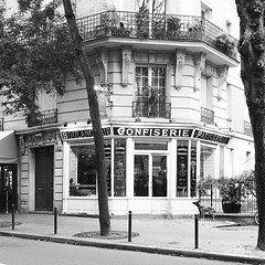 191117a2 (bbonthebrink) Tags: paris montmartre 2019 november rue caulaincourt borisbakery blackandwhite