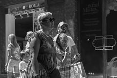 Por el Casco Viejo (Samarrakaton) Tags: samarrakaton 2019 nikon d750 2470 bilbao bilbo bizkaia cascoviejo sietecalles paisvasco basquecountry euskadi gente people astenagusia semanagrande fiestaspopulares mujer woman byn bw blancoynegro blackandwhite monocromo