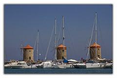 Les moulins, Rhodes (Françoise kERVAREC) Tags: grèce rhodes capitale port moulins bateaux