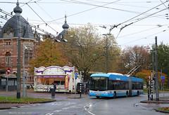 Hollands-Zwitsers rendez vous (Maurits van den Toorn) Tags: oliiebol oliebollenkraam gebakkraam arnhem velperplein bus trolleybus obus hess hermes breng connexxion