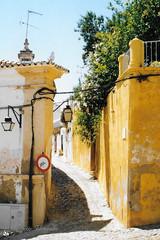 Portugal - analoog (Nicolette Vermeulen) Tags: portugal reizen travel zuideuropa algarve steeg straat straatfotografie mediterraans zonnig sun summer zomer vakantie holiday architectuur architecture stad stadscentrum village