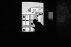 Mensaje De Texto (natan_salinas) Tags: streetphotography fotografíaurbana fotografíacallejera bw blackwhite blanconegro bn blancoynegro blackandwhite monocromático monochrome nikon gente d5100 urbe urban city ciudad portrait retrato urbano noiretblanc pasajeros passengers street calle people luz light shadow sombras contraluz chile silueta silhouette backlighting backlight twilight man male hombre celular cell phono telefono ventana windows architecture arquitectura 35mm