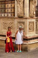 Cosa c'è dietro l'angolo? - What's around the corner? 😎 (Eugenio GV Costa) Tags: approvato street portrait elegance eleganza people gente ritratto outside siena toscana