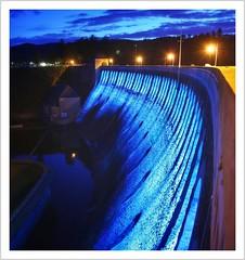 blaue Stunde - blaue Talsperre (Norbert Kaiser) Tags: hessen hesse nordhessen nationalparkregionkellerwaldedersee edersee ederstausee edertalsperre talsperre staumauer bauwerk nacht nightearth earthnight night blauestunde bluehour edertal dam dämmerung led