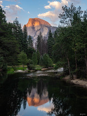 Reflection of the Half Dome (kleiner_eisbaer_75) Tags: half dome yosemite nationalpark usa california kalifornien fels monolith rocks steine stone reflections wasser merced river evening sonnenuntergang sunset stimmung mood