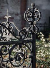 Grabmale und Friedhöfe in Magdeburg (Helmut44) Tags: deutschland germany sachsenanhalt magdeburg friedhof cemetery grave grabmale grab kunstschmiede grabeinfassung gitter zaun