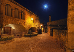Hijo de la Luna (Cyril Godissart) Tags: luna lune moon rue street ruelle callejòn peratallada spain espagne españa piedra pierre nuit night noche