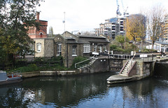 18.11.2019   (37) Regent's Canal, St. Pancreas Lock and Vistoria Water Tower. (ginann) Tags: regentscanal london stpancreaslock