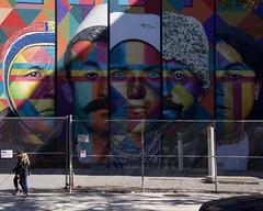 Ces yeux qui m'observent (AlainC3) Tags: murale artderue streetart visages faces newyork nyc usa nikond7500 homme men femmes woman piétons pedestrians cloture fence