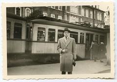 . (Kaïopai°) Tags: vintage tram strasenbahn haltestelle mann hombre man homme mantel passagiere heidelberg