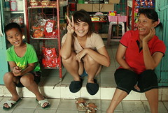 big smiles at a convenience store (the foreign photographer - ฝรั่งถ่) Tags: woman girl boy braces convenience store khlong thanon portraits bangkhen bangkok thailand canon