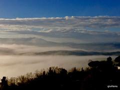 il cielo sopra le nubi .... (guendaeio (giuliana)) Tags: cielo sky nuvole nubes clouds nebbia fog toscana terricciola nwn iphone5c controluce contralux