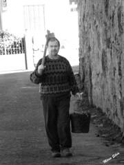 """Águas Frias (Chaves) - ... o Henrique Pires, conhecido, carinhosamente, por """"Parente"""" indo para o campo com a sua sachola ao ombro e o balde para recolher alguns produtos da horta ... (Mário Silva) Tags: águasfrias aldeia chaves trásosmontes portugal ilustrarportugal madeinportugal lumbudus máriosilva novembro 2019 outono pb henrique parente sachola enxada balde horta"""