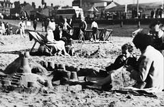 Blackpool - 10/1961 (Rhisiart Hincks) Tags: brosaoz england sasainn sasana lloegr sirgaerhirfryn lancashire hondartza traezh gaineamh tywod sand cósta aod glanymôr seaside holidays saoire vakañsoù gwyliau 1961 bw duagwyn teaghlach familh family teulu playa plaja plage beach tràigh trá traeth blackpool sandcastle kastelltraezh caisleángainimh castelltywod cadeiriautraeth deckchairs cathaoireachadeice traezhenn strand pláž ranta praia пляж