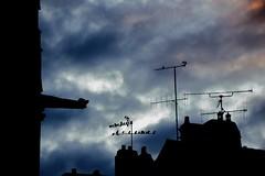 Trouble sur la Gargouille... (Tonton Gilles) Tags: alençon normandie contrejour ombres gargouille église basilique notredame dalençon étourneaux sansonnets antennes de télévision râteaux nuages orangé rouge bleu gris violet cheminées toits détail urbain
