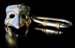 key ring (HansHolt) Tags: venezia venice venetië souvenir keyring portachiavi sleutelhanger mask maschera veneziana masker carnival carnevale carnaval silver silverplate zilver verzilverd reflection reflectie wife vrouw macro canon 6d 100mm canoneos6d canonef100mmf28macrousm