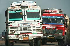 IMG_1554_PL - dépassement (Rajasthan, Inde) (Laurent Montoya) Tags: inde rajasthan pushkar route camions tata