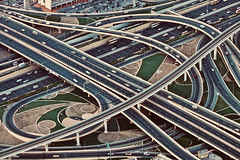 Modern arabesque (Rosetta Bonatti (RosLol)) Tags: emirates emiratiarabi rosettabonatti roslol uae dubai burjkhalifa streets downtown lookingdown traffic crossing lines