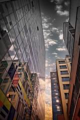 Architektur am Medienhafen Düsseldorf (charly_wz_photographie) Tags: architektur düsseldorf medienhafen hochhäuser sky wolken büros