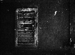 das lüftungsgitter (jo.sa.) Tags: bw sw analog schwarzweiss kleinbild monochrom schwarzweissfotografie analogefotografie