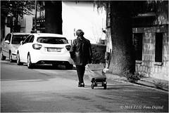 A por la compra (T.I.G. Foto Digital) Tags: españa ciudad nikon calles callejeando paseo paseando gente camino urbano bw retro compra mujer 3ªedad carro