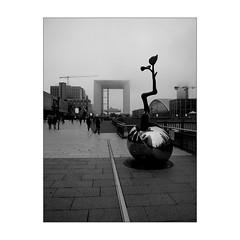 Le grand arche (Franco & Lia) Tags: paris parigi ladéfense nebbia fog mist biancoenero noiretblanc blackwhite schwarzundweiss