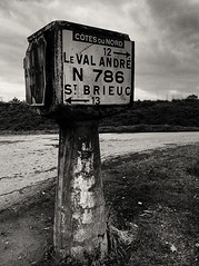 Borne d'angle Michelin !! (ericguéret) Tags: bretagne michelin 1937 bornedangle signalisation croisement junction road route côtesdunord brittany vestiges plustoutejeune