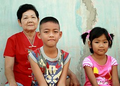 with a chinese-looking grandma (the foreign photographer - ฝรั่งถ่) Tags: two children boy girl grandma grandmother chinese blouse khlong thanon portraits bangkhen bangkok thailand canon