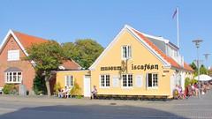 Bamsemuseum & Iscaféen (hansn (5+ Million Views)) Tags: skagen architecture arkitektur yellow gul gult house hus denmark danmark teddybear bamse teddybjörn björn museum is café iscaféen glass