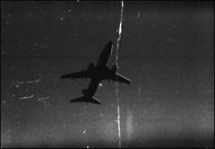 total vermurkst (-; (jo.sa.) Tags: defekt monochrom sw bw schwarzweiss analog kleinbild flugzeug himmel fusseln knick