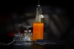 Orange blossom special (Edgard.V) Tags: orange bouteille bottle garafa bottiglia copo glass verre copa bicchiere table tavola mesa fourchette garfo forchino fork suco jus sugo olio azeite huile oil abstract abstrait