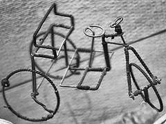 Draht Fahrrad - Weltspielzeug (schubertj73) Tags: fotografie foto fotos photo photography photos photoart photographien fujifilm x10 gimp parktheater iserlohn ausstellung exhibition weltspielzeug kinderhilfswerk plan art artwork artworks artphoto artphotography artist kunst kunstwerk kunstfotografie künstler schubertj73 fahrrad draht wire bike nb bw noir blanc black blackwhite blackandwhite white schwarzweis schwarz schwarzweiss zwartwit sw monochrome monochromo camaieu