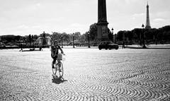à Paris à vélo on dépasse les ...in Paris by bike we exceeded the .. (laurent.triboulois) Tags: city downtown ville street rue paris velo bike woman pavés