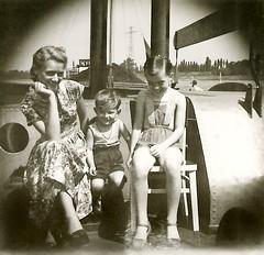 Kohle geladen... (gelbhaarduisburg) Tags: schiff personen flus analog schwarzweiss