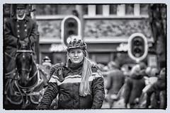 Le casque de police qui nous va tous. (Gerard Stolk (sur le chemin de Noël)) Tags: denhaag lahaye haag thehague politie intocht sintnicolaas