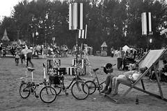 Descanso (Campanero Rumbero) Tags: lärz germany alemania travel turismo trip monocromo monochrome monocromatico fusionfestival people gente arbol arboles bicicleta bicycle bicicletas