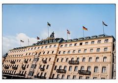 (schlomo jawotnik) Tags: 2019 oktober stockholm schweden gebäude hotel fahne flagge usa finnland norwegen dänemark deutschland uk fenster balkon grand analog film kodak kodakproimage100 usw