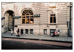(schlomo jawotnik) Tags: 2019 oktober stockholm schweden gebäude strase asphalt passant kinder frauen männer eingang fenster bushaltestellenausblick film analog kodak kodakproimage100 usw