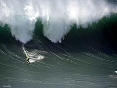 Infiniment petit ! (Armelle85) Tags: extérieur mer océan vague surfer nature nazaré portugal
