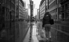 Cold & Wet (4foot2) Tags: rollei35 rolleiretro rolleiretro400s 400s bw blackandwhite monochrome mono hc110 kodakhc110 kodak analogue film filmphotography 35mmfilm streetphoto streetshot street streetphotography reportage reportagephotography candid candidportrate people peoplewatching interestingpeople wet cold winter rain raining manchester manchesterpeople 2019 fourfoottwo 4foot2 4foot2flickr 4foot2photostream