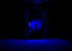 blue gate (Stefan Markus) Tags: duisburg nordrheinwestfalen northrhinewestphalia deutschland germany fuji fujifilm fujix100f fujifilmx100f landschaftsparkduisburg duisburgnord nacht night blau blue schwarz black tor gate stadt city licht light