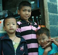 boys (the foreign photographer - ฝรั่งถ่) Tags: three boys kids khlong thanon portraits bangkhen bangkok thailand canon