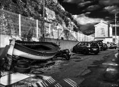 Ils étaient stationnés sur le bas-côté... / They were parked on the side of the road... (vedebe) Tags: bateaux bateau voitures port ports marseille merméditerranée mer ville city rue street urbain urban noiretblanc netb nb bw monochrome