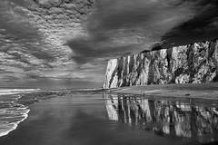 Toujours un peu de mer, de ciel et de mauvais temps II/III... (Stéphane Désiré) Tags: ciel mer eau falaise reflet noiretblanc nuage merslesbains plage 28mm