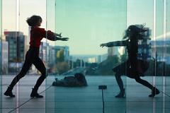 Danse à la Défense #1 (erichudson78) Tags: france iledefrance hautsdeseine ladéfense silhouettes canonef24105mmf4lisusm canoneos6d two deux danse dance