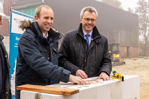 1,12 Millionen Euro hat der Bund beigesteuert: Zusammen mit Bürgermeister Jörg Pieper habe ich den Grundstein für die neue Turnhalle in Metjendorf gelegt.