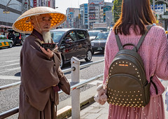 Estremi (alfsan) Tags: tokyogiapponejapannovember tokyo monk bag tourist hat teddybear street cars japan elemosina charity