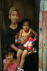 older brother with siblings (the foreign photographer - ฝรั่งถ่) Tags: brother older siblings children khlong thanon portraits bangkhen bangkok thailand canon