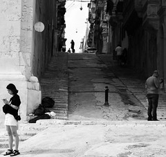 Smartphone World - La Valette (uluqui) Tags: malte malta vacance holiday wander wanderlust light blackandwhite bw noiretblanc fuji fujifilm xt20 xtrans lavalette town street