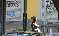 toh, una che chatta (archgionni) Tags: cattura capture ragazza girl cellulare mobile strada street colori colours sole sun luce light totalphoto